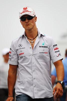 Михаэль Шумахер идет по паддоку Монреаля на Гран-при Канады 2011