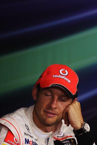 Дженсон Баттон с закрытыми глазами на пресс-конференции после гонки на Гран-при Сингапура 2011