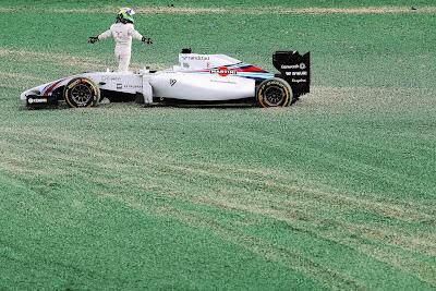 Фелипе Масса разводит руками после схода на Гран-при Австралии 2014