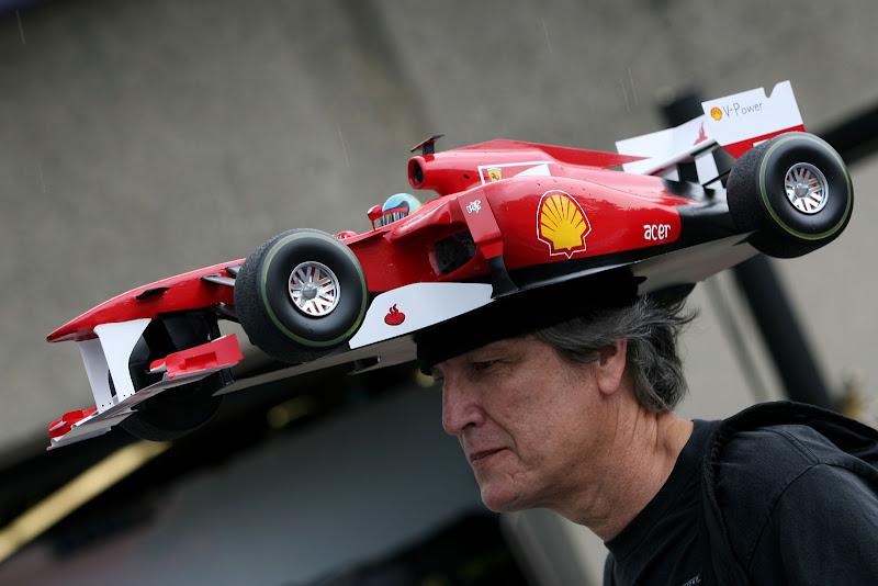 болельщик Ferrari с головным убором в виде болида на Гран-при Канады 2011