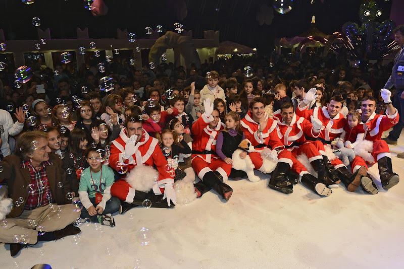 пилоты Ferrari в нарядах Санты с детьми в Маранелло 16 декабря 2012