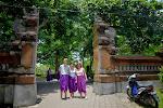 rodzinka przybrana w sarongi zakrywające nieobyczajne nogi