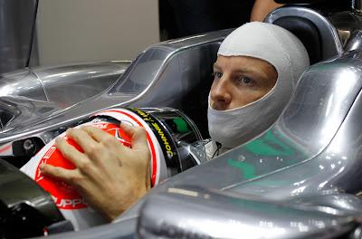 Дженсон Баттон обнимает свой шлем в кокпите McLaren на Гран-при Японии 2011