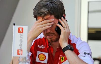 небритый Роб Смедли фэйспалмит и разговаривает по телефону на Гран-при Сингапура 2013