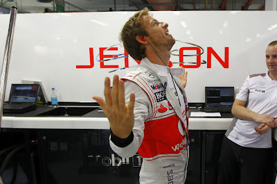 Дженсон Баттон показывает что-то руками своим механикам на Гран-при Сингапура 2012