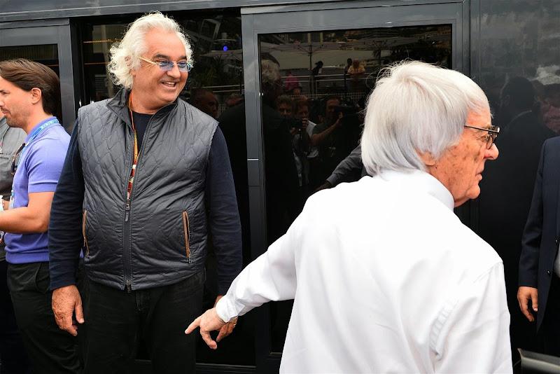 Берни Экклстоун встречает Флавио Бриаторе в паддоке Гран-при Монако 2014