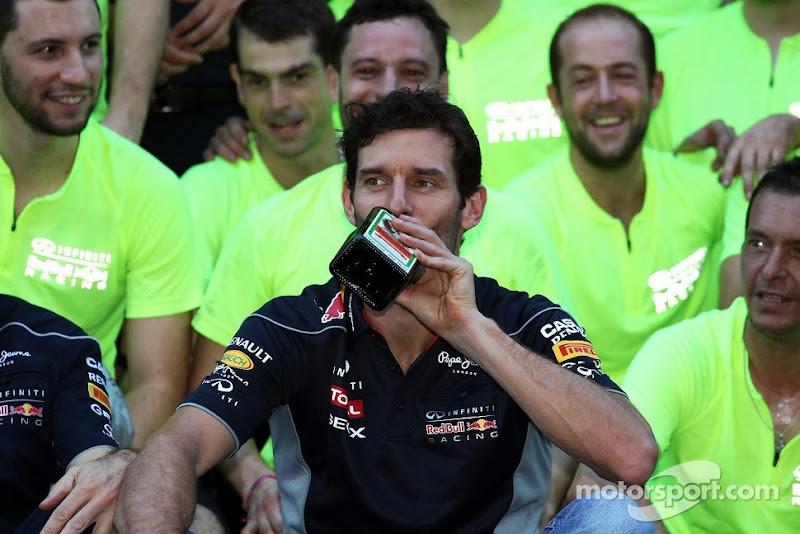 Марк Уэббер с бутылкой Егермейстера на праздновании победы на Гран-при США 2013