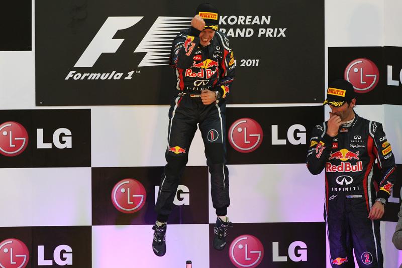 прыжок Себастьяна Феттелья и Марк Уэббер вытирающий нос на подиуме Гран-при Кореи 2011