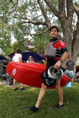 Марк Уэббер идет заниматься каякингом в Монреале в дни уикэнда на Гран-при Канады 2011