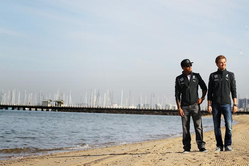 Льюис Хэмилтон и Нико Росберг гуляют по пляжу перед Гран-при Австралии 2014