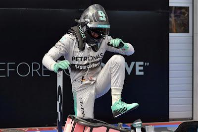 Нико Росберг вылазит из болида после победы на Гран-при Австрии 2014