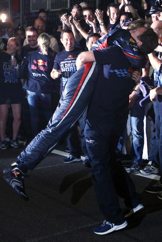 Себастьян Феттель в объятиях Кристиана Хорнера на Гран-при Японии 2011