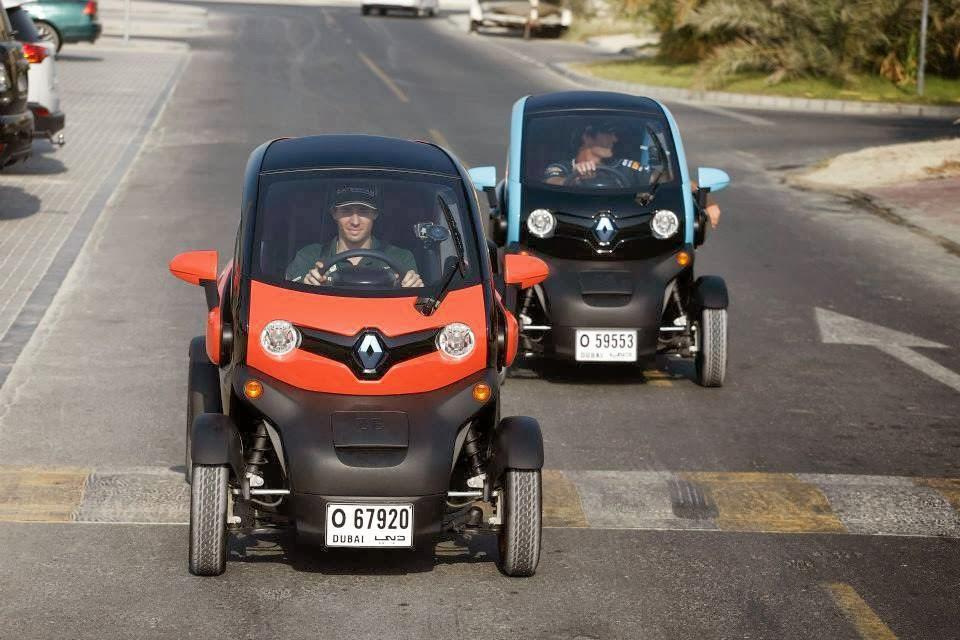Шарль Пик и Марк Уэббер ездят на Renault Twizys по Дубаи перед Гран-при Абу-Даби 2013
