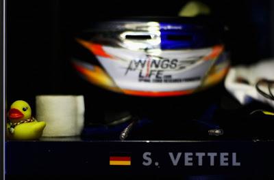 уточка рядом со шлемом Себастьяна Феттеля на Гран-при Венгрии 2011