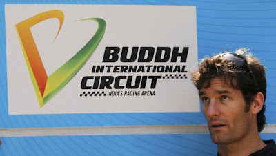 Марк Уэббер на фоне вывески Buddh International Circuit на Гран-при Индии 2011