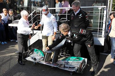 Михаэль Шумахер получает переднее крыло Mercedes в честь 300-ой гонки на Гран-при Бельгии 2012