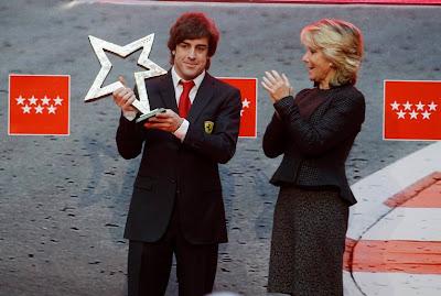 Фернандо Алонсо получает приз от Эсперанса Агирре в Мадриде 19 декабря 2011