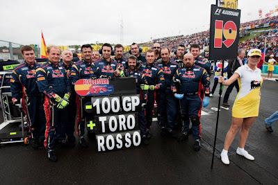 команда Toro Rosso фотографируется на стартовой решетке в честь сотого Гран-при на Гран-при Венгрии 2011