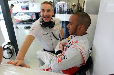 Мартин Уитмарш и Льюис Хэмилтон в хорошем настроении на Гран-при Австралии 2012