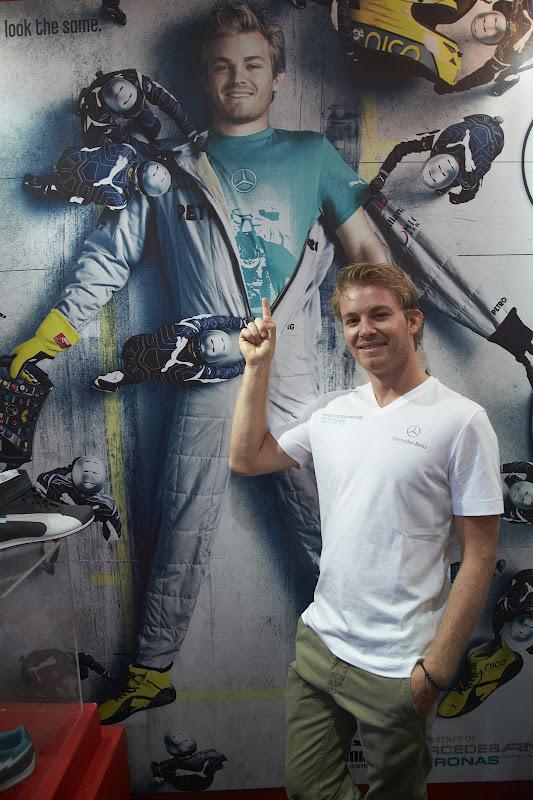 Нико Росберг напротив рекламы со своим участием на Гран-при Сингапура 2012
