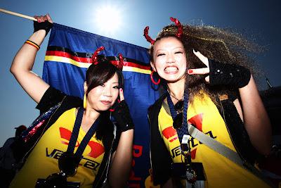 болельщицы Себастьяна Феттеля и Red Bull с дьявольскими рожками на Гран-при Японии 2011