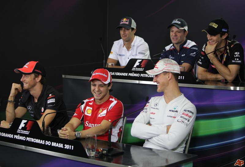 улыбающиеся пилоты на пресс-конференции в черверг на Гран-при Бразилии 2011