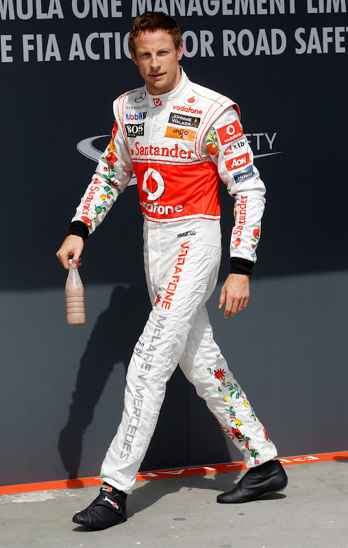 Дженсон Баттон в специально подготовленном комбинезоне Hugo Boss для Гран-при Венгрии 2011