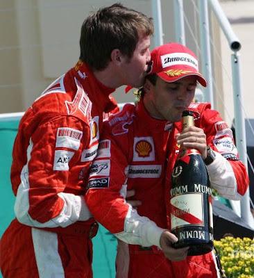 Роб Смедли целует Фелипе Массу на подиуме Гран-при Европы 2008