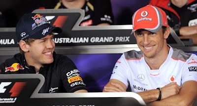 улыбающиеся Себастьян Феттель и Дженсон Баттон на пресс-конференции в четверг на Гран-при Австралии 2012