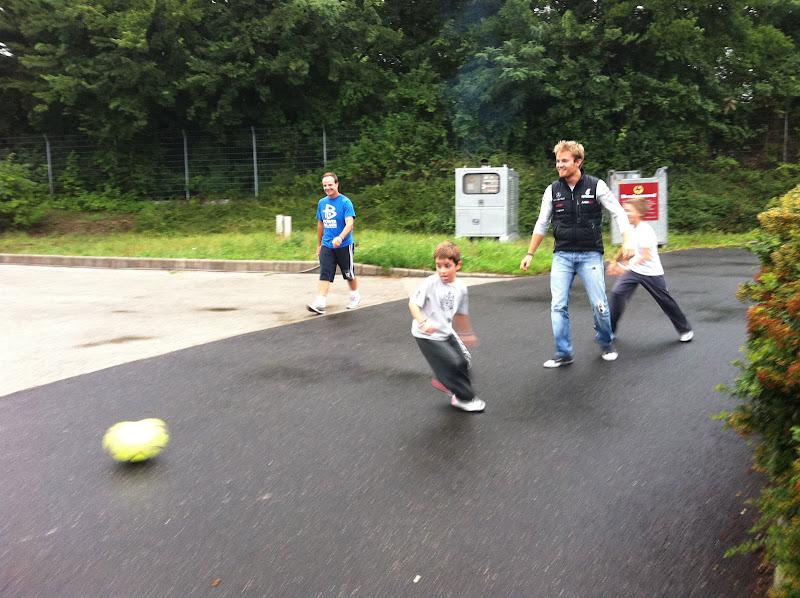 Нико Росберг играет в футбол с детьми Рубенса Баррикелло в дни уикэнда Гран-при Венгрии 2011