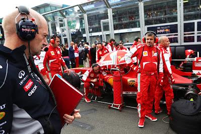 Эдриан Ньюи присматривается к болиду Ferrari на стартовой решетке Гран-при Австралии 2013