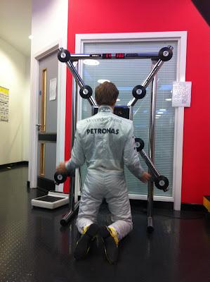 Нико Росберг работает на тренажере для развития реакции на базе команды 28 февраля 2012