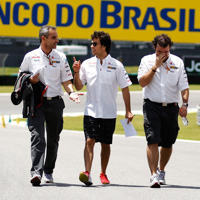 Серхио Перес гуляет по трассе Интерлагос с механиками на Гран-при Бразилии 2011
