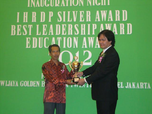SMAN 3 Unggulan Kayuagung Menerima Penghargaan Education Award 2012