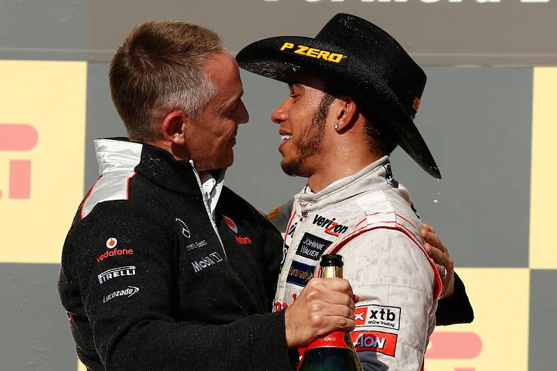 Мартин Уитмарш и Льюис Хэмилтон обнимаются на подиуме Гран-при США 2012