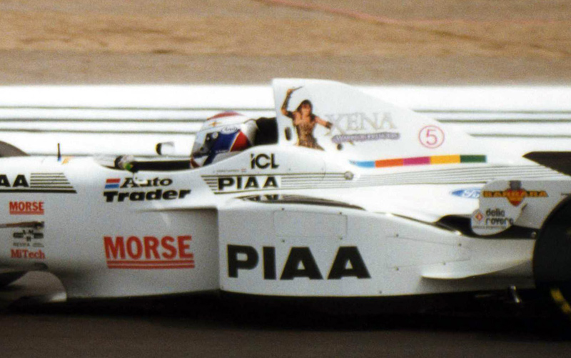 реклама сериала Зена - королева воинов на болиде Tyrrell Йоса Ферстаппена на Гран-при Великобритании 1997