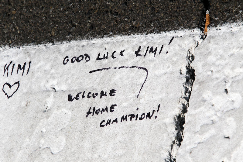 послания болельщиков Кими Райкконена на асфальте Хунгароринга на Гран-при Венгрии 2012