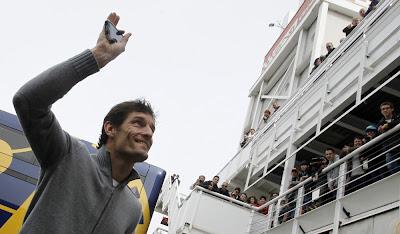 Марк Уэббер приветствует болельщиков на предсезонных тестах 2012 в Барселоне 4 марта 2012