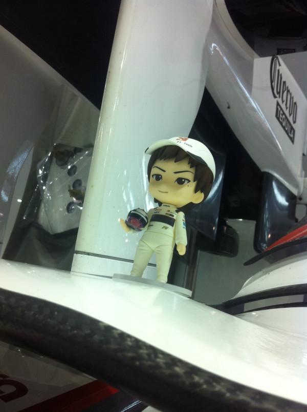 фигурка Камуи Кобаяши в гараже Sauber на Гран-при Сингапура 2011