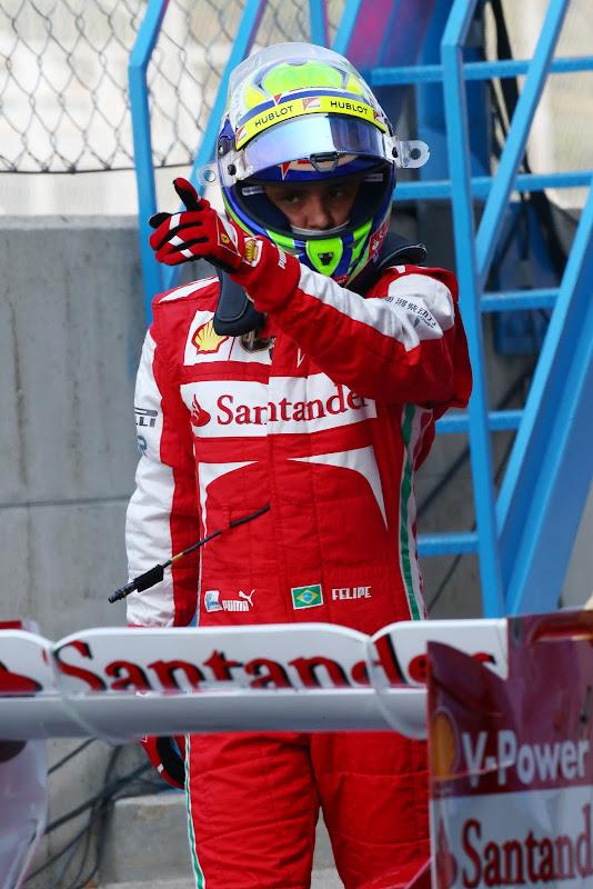 Фелипе Масса указывает куда-то пальцем на Гран-при Италии 2013