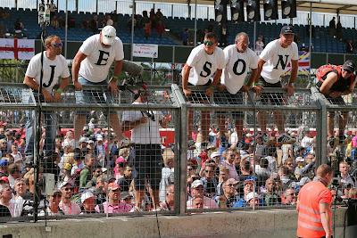 болельщики Дженсона Баттона на заборе в футболках с буквами на Гран-при Великобритании 2014