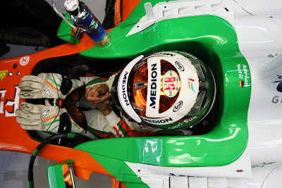 наклейка в память о Марко Симончелли на шлеме Адриана Сутиля на Гран-при Индии 2011