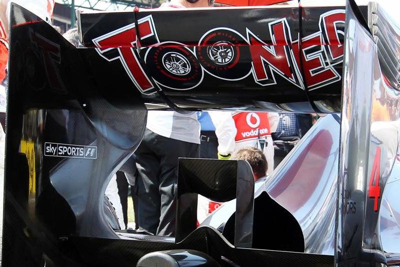 заднее крыло McLaren с рекламой Tooned на Гран-при Венгрии 2012