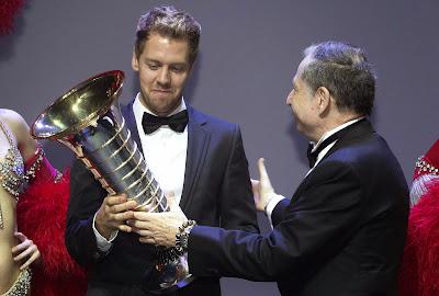 Себастьян Феттель получает кубок чемпиона из рук Жана Тодта на церемонии награждения FIA Gala 2013