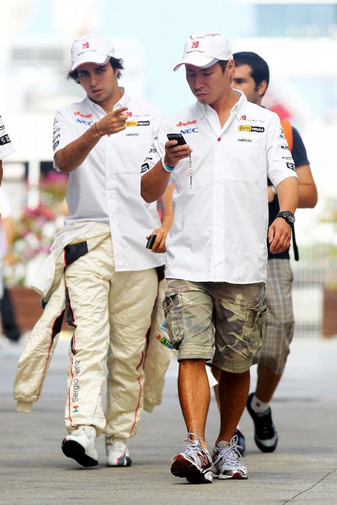 Серхио Перес идет позади Камуи Кобаяши и указывает на что-то пальцем на Гран-при Европы 2011