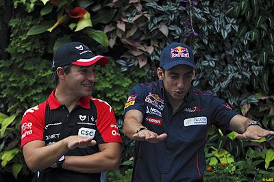 Тимо Глок и Себастьян Буэми что-то обсуждают в четверг на Гран-при Сингапура 2011