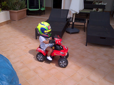 Фелипиньо Масса в шлеме Фелипе Массы на мини-Ferrari