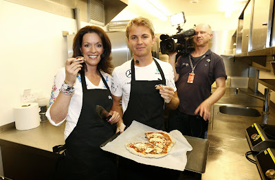 Нико Росберг готовит свою фирменную пиццу на перед Гран-при Монако 2014