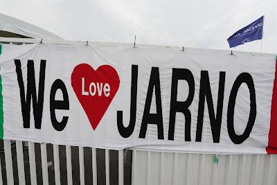 We Love Jarno - баннер болельщиков Ярно Трулли на Гран-при Японии 2012