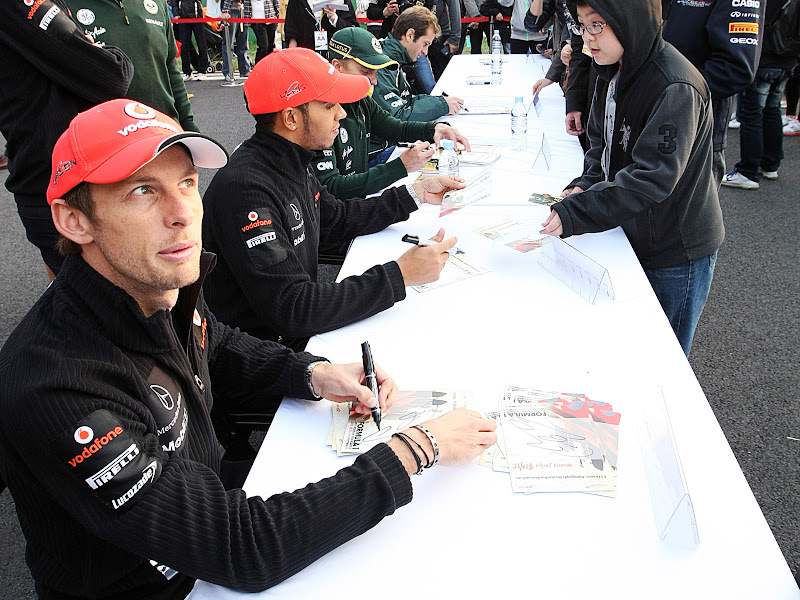 Дженсон Баттон с забавным выражением лица на автограф-сессии Гран-при Кореи 2011